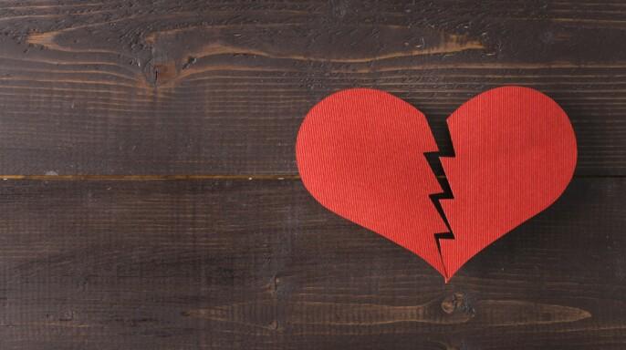 corazón de papel roto sobre una mesa de madera