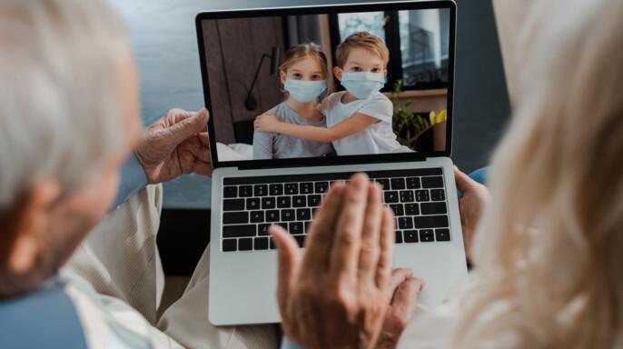 Abuelo con computadora
