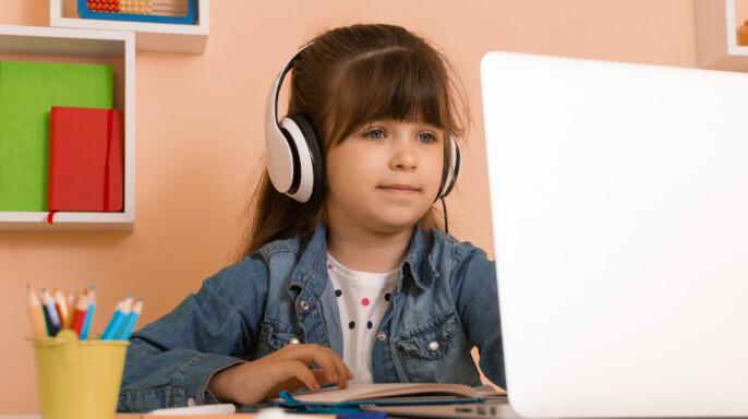 niña en clase virtual