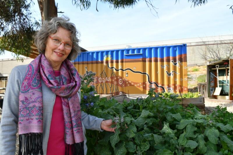Kaye Mehta en un jardín