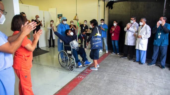A ritmo de rock pacientes recuperados de COVID-19 egresan de la Unidad de Expansión Autódromo Hermanos Rodríguez del IMSS