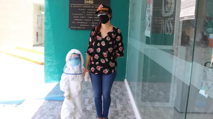 La mamá de Víctor improvisó un disfraz de astronauta para proteger a su hijo contra el COVID-19, sin sacrificar su vacunación.