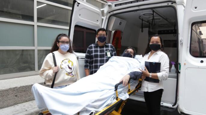 Familia de Javier acompañándolo a la ambulancia de regreso a casa