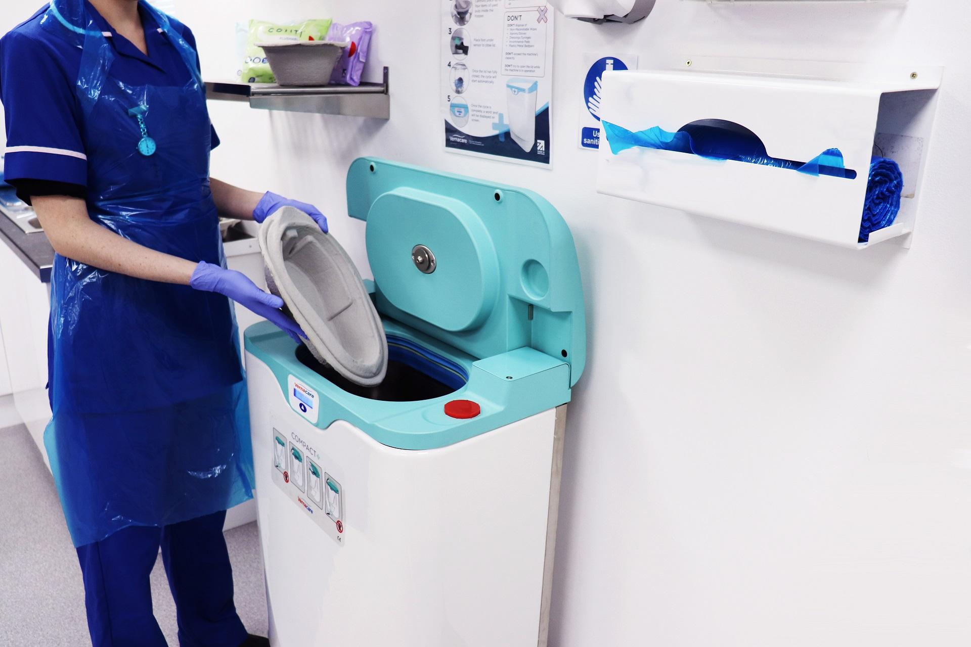 Enfermera operando macerador