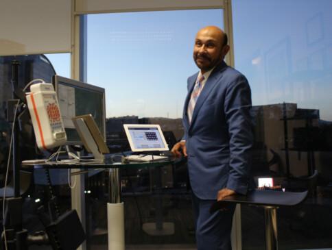 Dr. Jorge Julián con la máquina de Biofeedback.