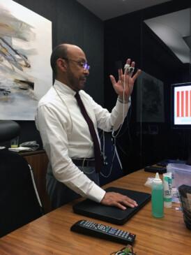 Dr. Jorge Julián Palacios con la máquina de Biofeedback.