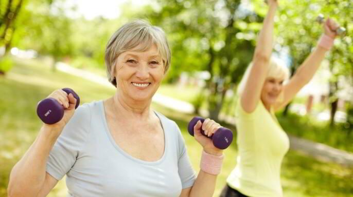 adulta mayor haciendo ejercicio