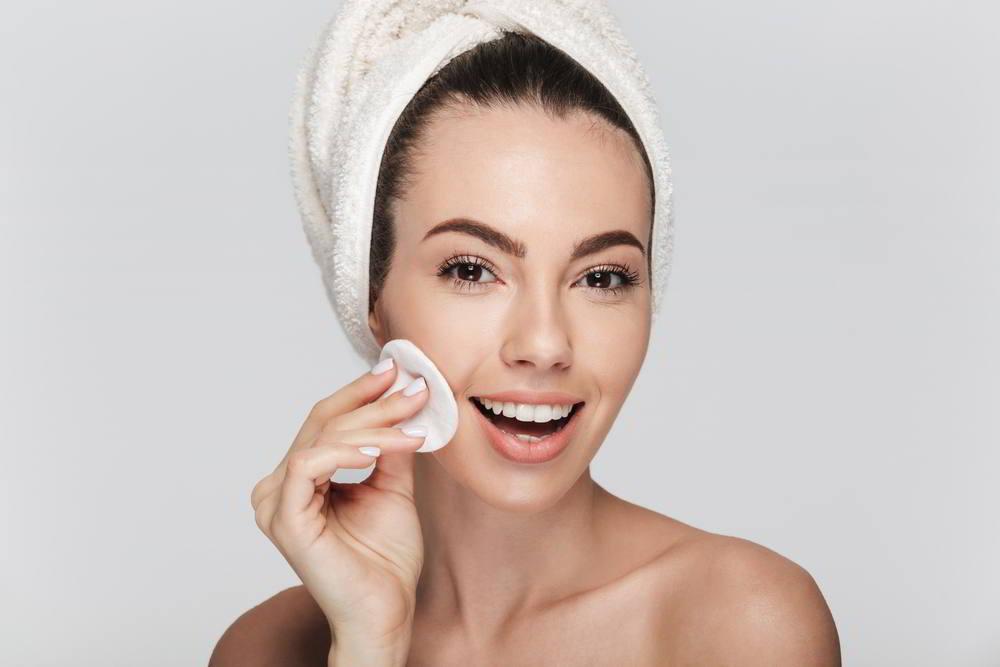 joven en limpieza facial