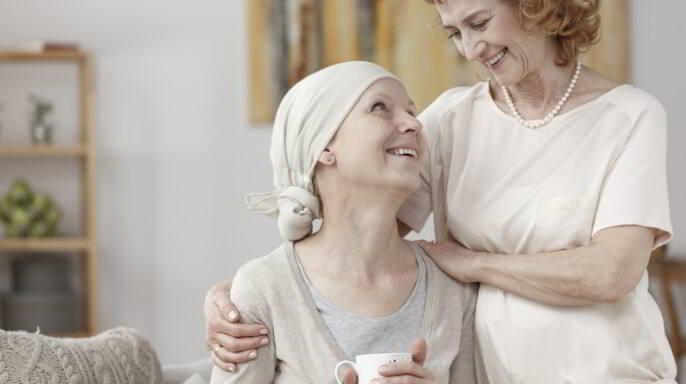 Mujer esperanzada que sufre de cáncer