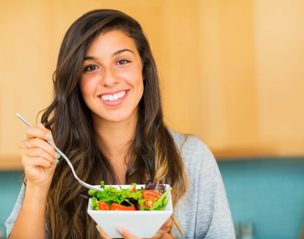 joven comiendo verdura