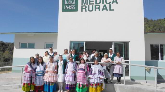 Parteras y personal médico en una unidad médica rural