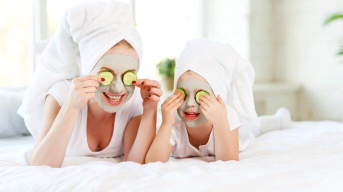 mamá e hija con mascarilla en cara