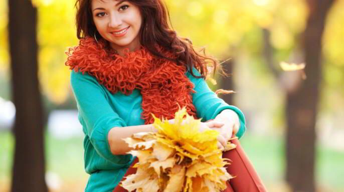 joven sonriente en otoño