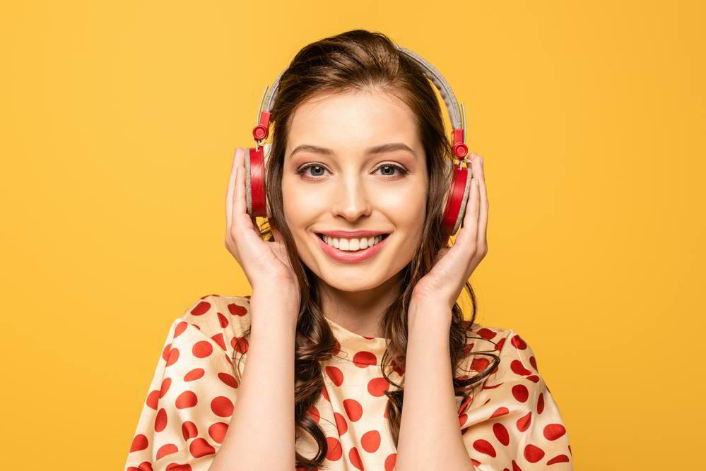 chica, escuchando música con audífonos