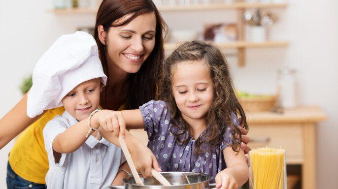 Niños con mamá cocinando