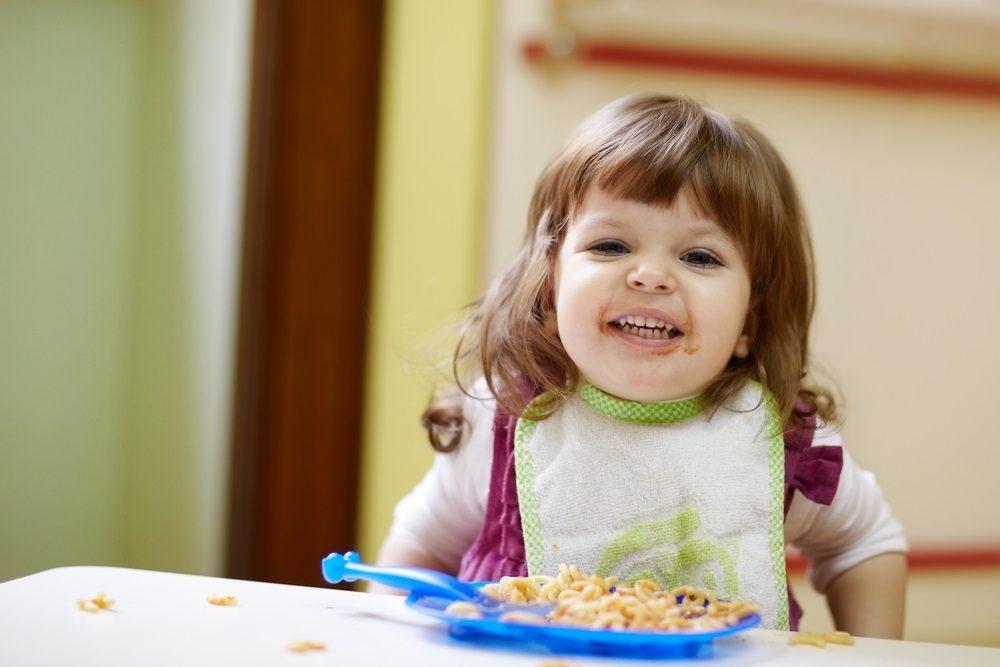 niños peqieño comiendo