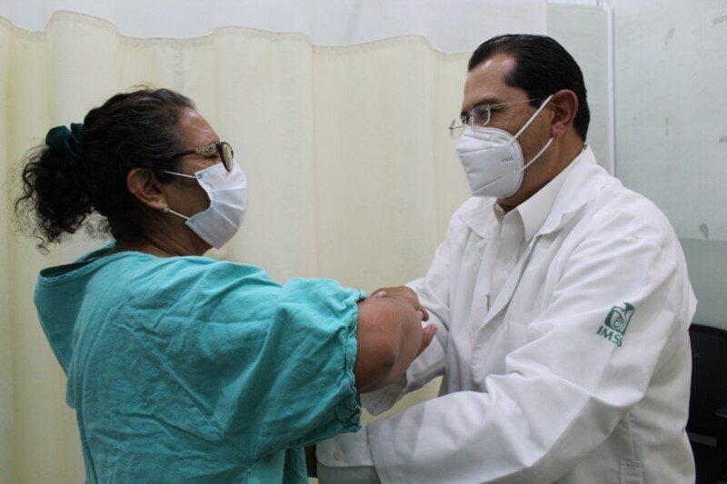 médico realizando detección de cáncer de mama
