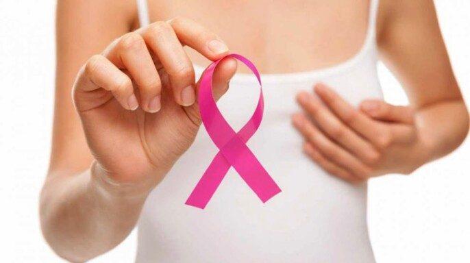 Mujer mostrando un listón rosa
