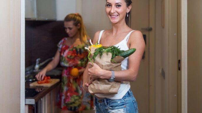Mujer en cocina cocina cocina ensalada de verduras