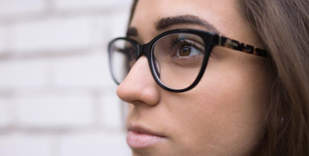 joven con gafas
