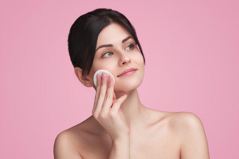 mujer poniéndose maquillaje en la piel