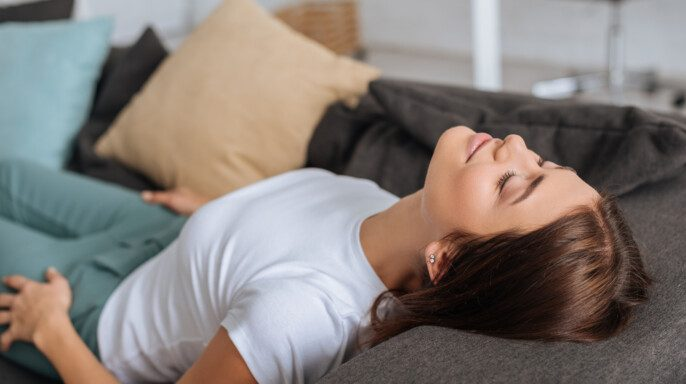 Joven descansando en el sofá