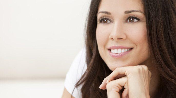 Feliz sonriente hermosa mujer descansando en sus manos