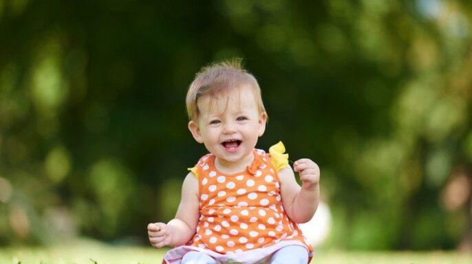 Bebé sentado en la hierba