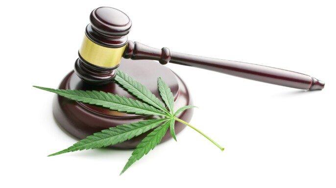 Hoja de cannabis y martillo de un juez