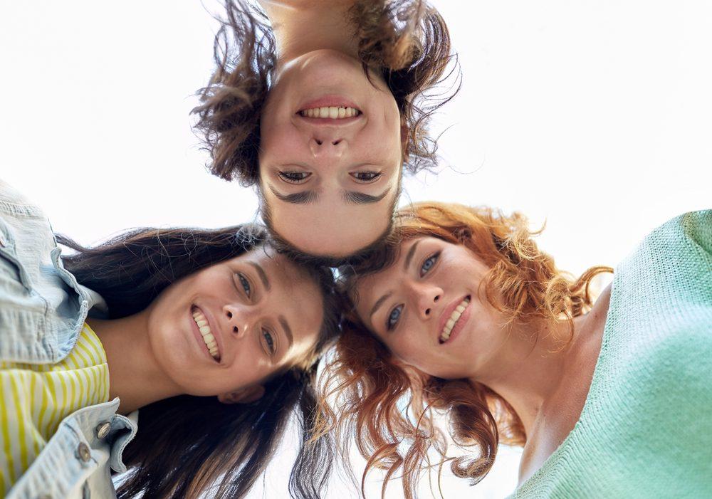 jóvenes formando un círculo
