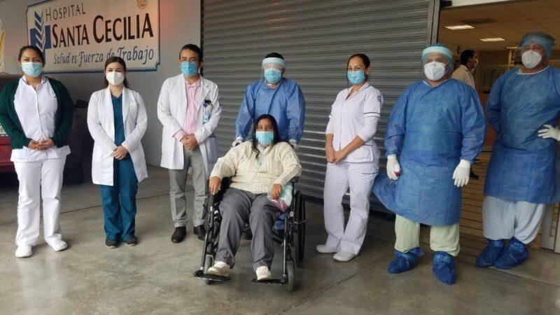 Paciente con el personal médico y de enfermería
