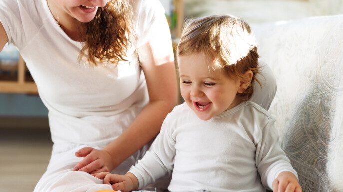 Joven madre jugando con su hijo bebé