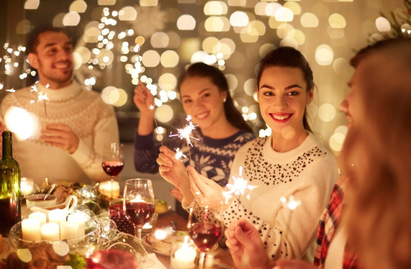 Amigos felices celebrando la Navidad en casa fiesta