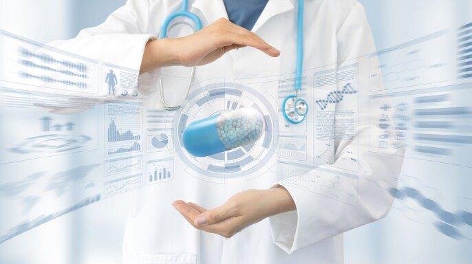 Doctora en bata blanca y estetoscopio