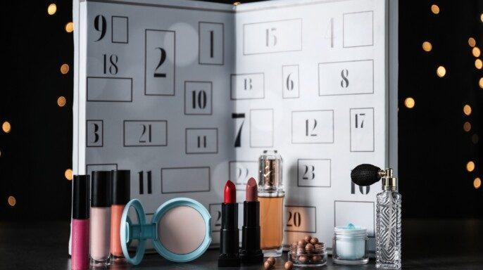 Calendario con perfumes y maquillaje