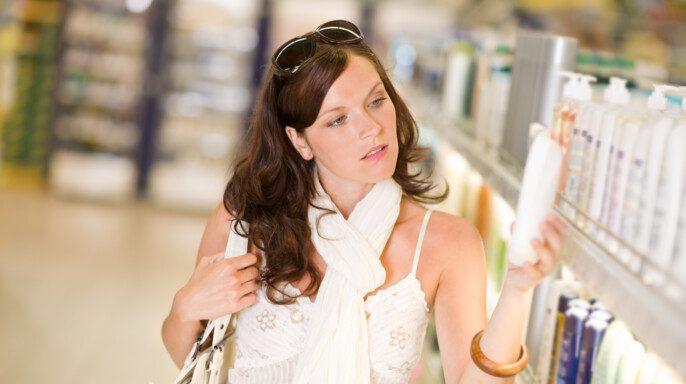 mujer viendo un champú