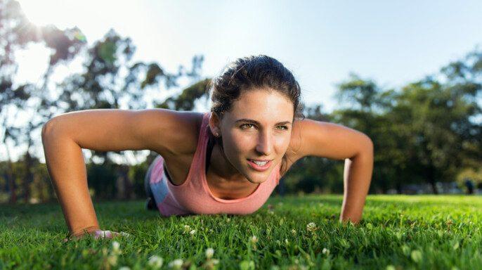 Mujer entrenamiento intenso al aire libre