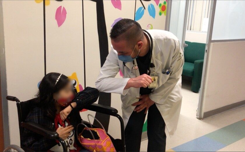 Lizbeth y doctor Édgar Armando Herrera Arellano