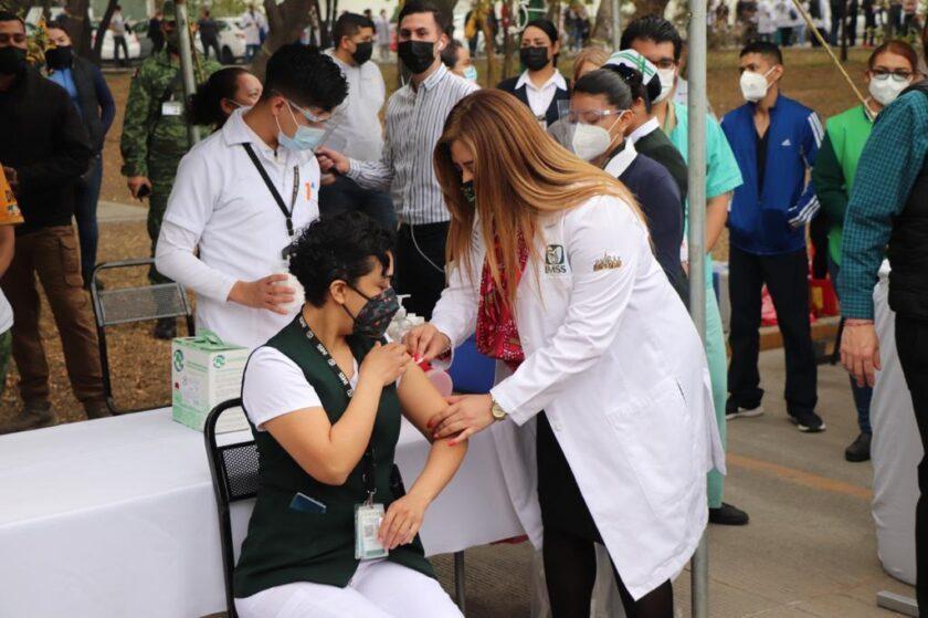 Enfermera recibiendo vacunación