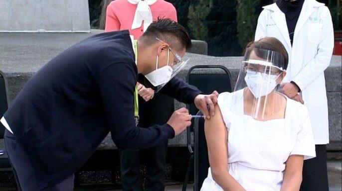Aplican primera vacuna contra el COVID-19 en México