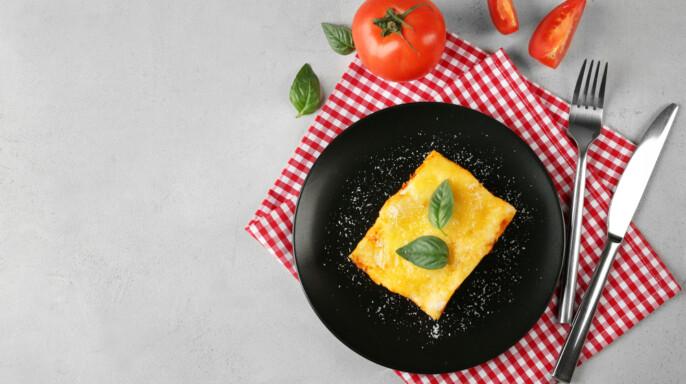 Placa negra con deliciosa lasaña