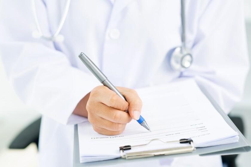 Médica llenando formulario