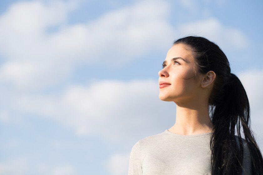 mujer en el fondo azul del cielo