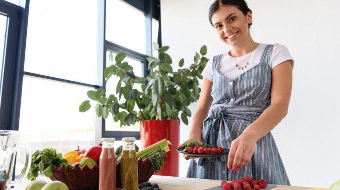 Mujer joven en cocina
