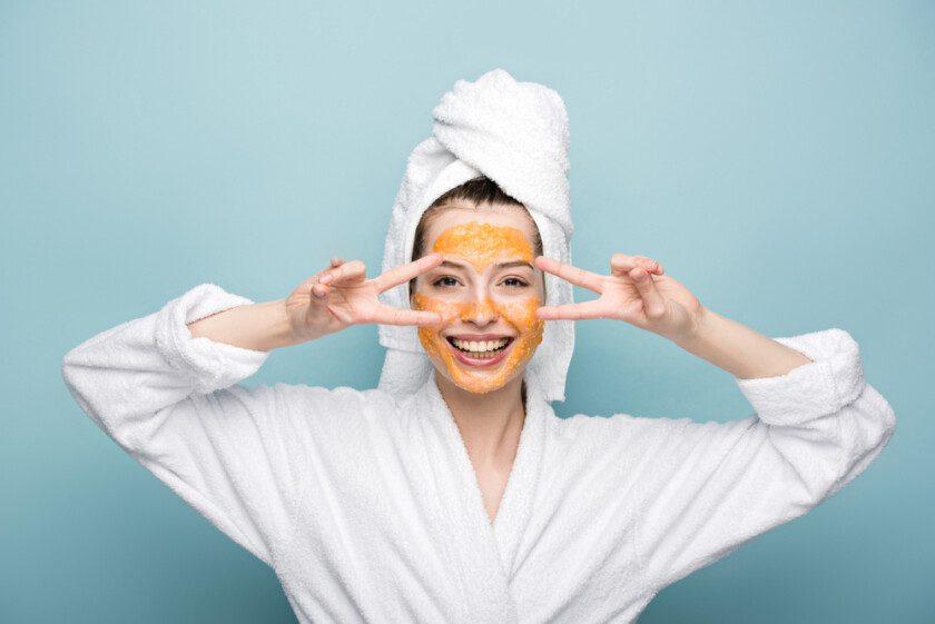 Feliz chica con cítricos máscara facial celebración de mandarina