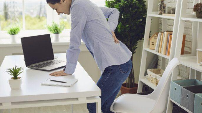 Mujer que sufre dolor de espalda