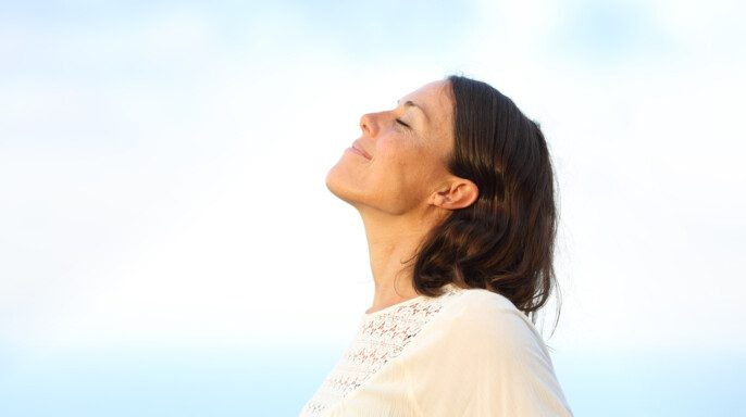 Mujer respirando profundo