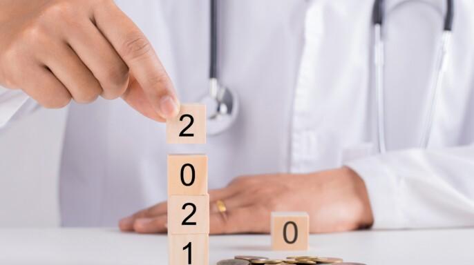 Doctora cambiando piezas para año 2021