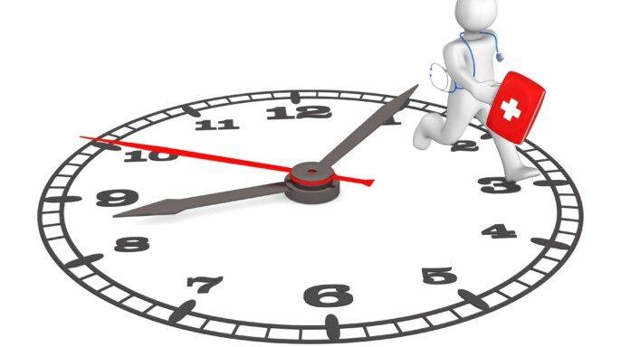 Personaje de dibujos animados blancos corriendo con botiquín encima de un reloj