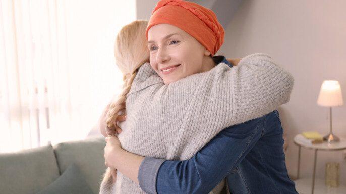 Mujer con cáncer y su cuidador